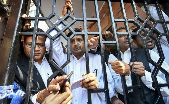 तीस हजारी हिंसा मामला: वकीलों ने कोर्ट रखा बंद, दिल्ली पुलिस के जवानों की गिरफ्तारी की रखी मांग, पढ़ें 10 बड़ी बातें