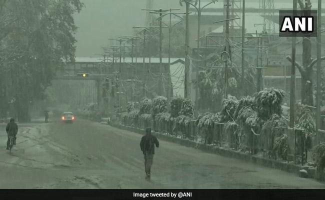 कश्मीर और हिमाचल प्रदेश के कई पहाड़ी इलाकों में सीजन की पहली बर्फबारी, देखें- VIDEO