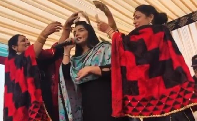 Video: यह पंजाबी सिंगर झूमकर गा रही थीं गाना, तभी महिलाओं ने लुटाने शुरू कर दिए नोट और फिर...
