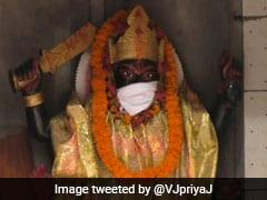पीएम नरेंद्र मोदी के संसदीय क्षेत्र वाराणसी में भगवानों को प्रदूषण से बचाने के लिए पहनाए मास्क