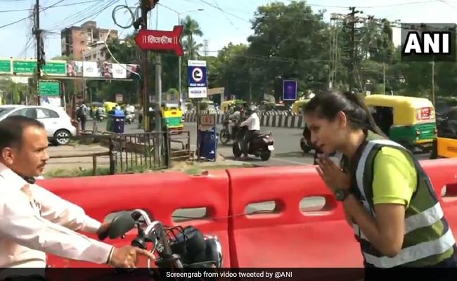 डांस करते हुए ट्रैफिक सिग्नल पर पहुंची लड़की, बाइक चालक से बोली- 'अंकल हेलमेट पहनोगे तो मैं...' देखें VIDEO