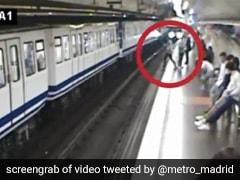 मोबाइल देखते-देखते पटरियों पर जा गिरी महिला, सामने आई ट्रेन और... देखें Viral Video