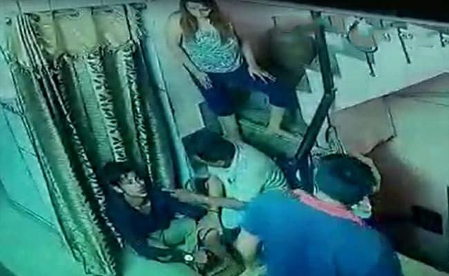 घर में घुसे चोर को परिवार ने पकड़ लिया, थाने में पुलिस कर्मी सो गए; और वह भाग गया!