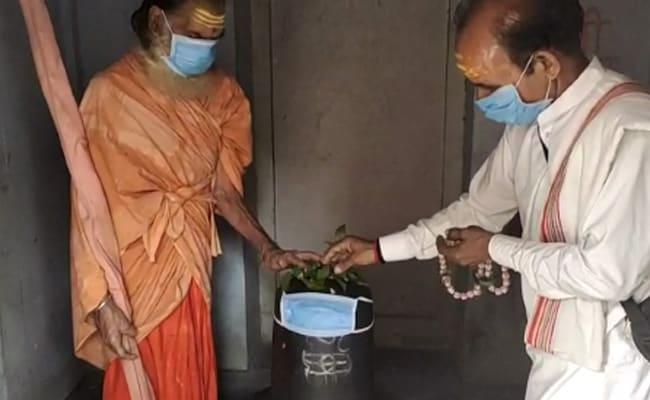 PM मोदी के संसदीय क्षेत्र वाराणसी में प्रदूषण के खिलाफ अनूठा प्रदर्शन, भगवान शंकर को पहनाया मास्क
