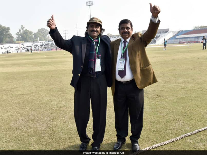 """Pakistan vs Sri Lanka, 1st Test: """"Crowd Puller"""" Javed Miandad Catches Up With Fans During Historic Test In Rawalpindi. Watch Video"""