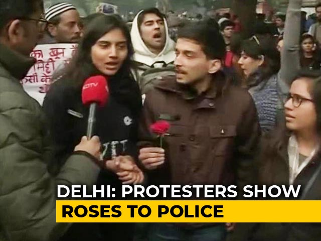 """Video : Protesting Students Offer Roses To Police In Delhi, Say """"We Believe In Peace"""""""