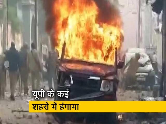 Videos : बुलंदशहर, गोरखपुर समेत यूपी में जमकर पथराव, नमाज के बाद पुलिस से झड़प