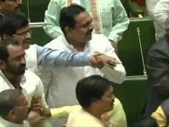 महाराष्ट्र विधानसभा में सत्ता पक्ष और विपक्ष में धक्का मुक्की, विधायकों में हुई झड़प- देखें Video