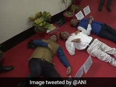 असम सरकार की भूमि नीति के खिलाफ विधानसभा के भीतर जमीन पर लेट गए कांग्रेस विधायक