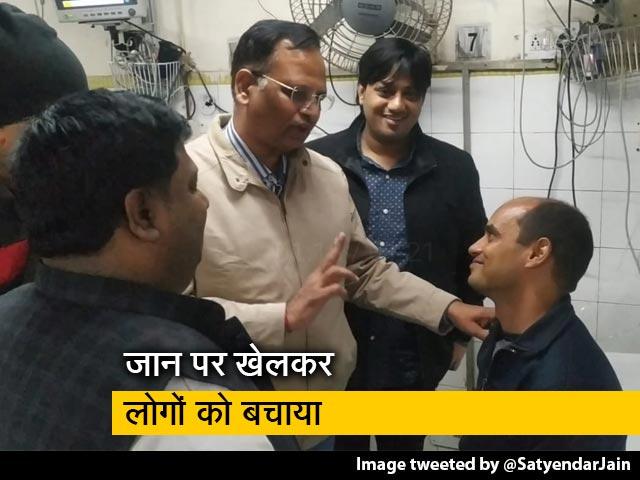 Videos : दिल्ली अग्निकांड: फायरमैन ने बचाई 11 लोगों की जान, सत्येंद्र जैन ने बताया 'रियल हीरो'