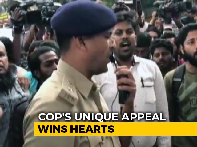Video : Watch: Top Bengaluru Cop Sings National Anthem To Pacify Protesters