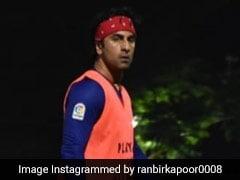 रणबीर कपूर जबरदस्त अंदाज में खेल रहे थे फुटबॉल, तभी लग गई चोट और फिर...देखें Video