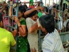 வெங்காயம் கிலோ 25 ரூபாயா? போட்டி போட்டு வாங்கிச் சென்ற வாடிக்கையாளர்கள்!!
