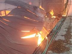 दिल्ली के मुंडका में प्लाईवुड फैक्ट्री में लगी आग, दमकल की 20 गाड़ियों ने पाया काबू