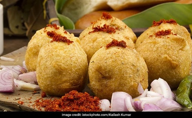 Street Food Of India: This Aloo Bread Vada Will Give Your Taste Buds A Whole New Lip-Smacking Experience