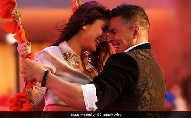 Kareena Kapoor, Akshay Kumar Spotted Twinning In Laal Ghaghra In Good Newwz Song