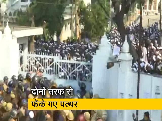 Videos : जामिया और AMU के बाद अब लखनऊ की यूनिवर्सिटी में भी पुलिस-छात्रों में भिड़ंत