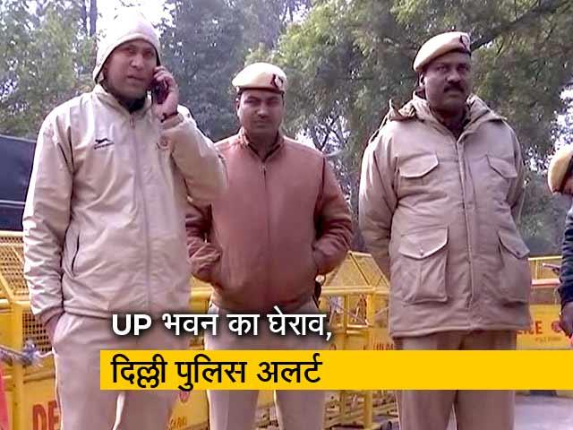 Videos : छात्रों पर अत्याचार के विरोध में UP भवन का घेराव, अलर्ट मोड में दिल्ली पुलिस