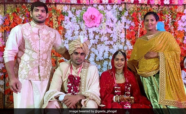 सात नहीं, आठ फेरे लेकर पहलवान विवेक संग शादी के बंधन में बंधीं बबीता फोगाट