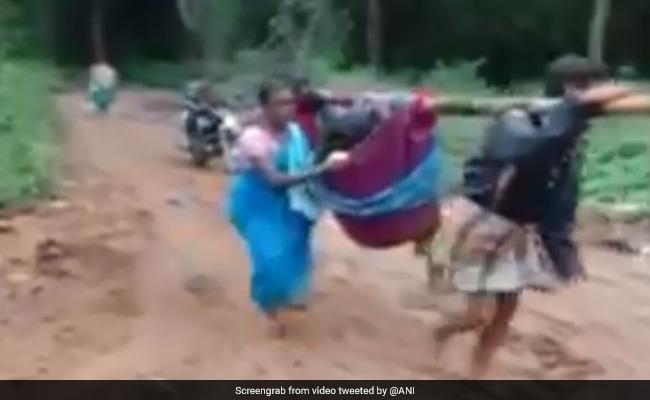 Video: खराब थी सड़कें, नहीं पहुंच पाई एंबुलेंस, प्रेग्नेंट पत्नी को कपड़े में बांधकर लेकर गया पति