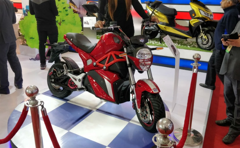 The Okinawa Oki100 electric motorcycle prototype showcased at the 2018 Auto Expo