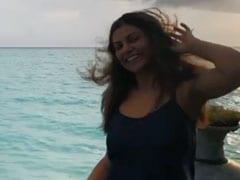 समुद्र किनारे मस्ती में झूमती नजर आईं सुष्मिता सेन, वायरल हुआ Video