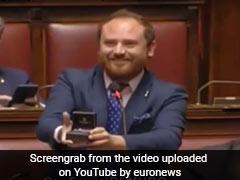 संसद में भाषण के बीच MP ने गर्लफ्रेंड को किया प्रपोज़, अंगूठी निकालकर कहा - मुझसे शादी करोगी?