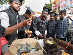 Congress Workers Dressed As Graduates Sell <i>Pakodas</i>, Tea At Delhi Rally