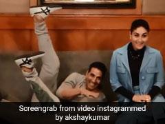 करीना कपूर सोफे पर बैठी थीं, तभी अक्षय कुमार ने लगा दी छलांग और फिर...देखें Video