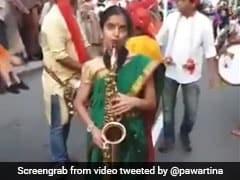 नऊवारी साड़ी पहन लड़की ने सेक्सोफोन पर बजाया Jingle Bells, Viral Video देख लोगों दिया ऐसा रिएक्शन