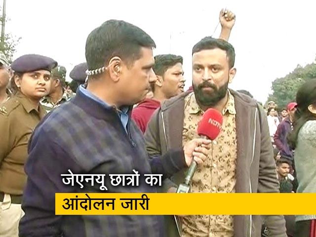 Videos : राष्ट्रपति भवन की ओर मार्च कर रहे JNU छात्र रिंग रोड पर बैठे, लंबा जाम