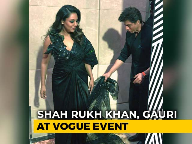 Viral: Shah Rukh Khan Carrying Gauri's Train Is Couple Goals Set High