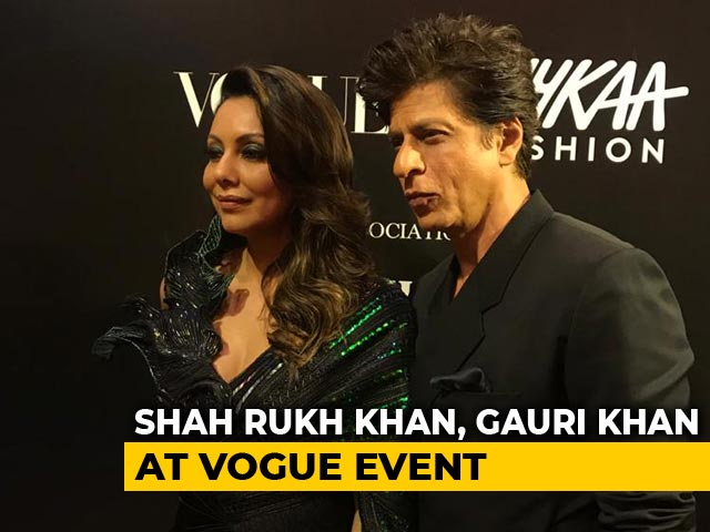 Viral: Shah Rukh Khan Carrying Gauri's Train Is Couple Goals Set High