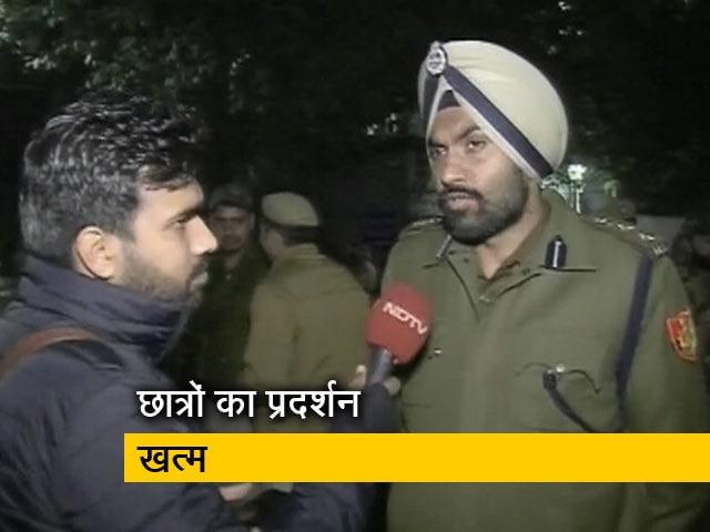 Video : बसों में आग लगाने के आरोप पर बोली दिल्ली पुलिस- हम आग लगा नहीं रहे थे, बुझा रहे थे