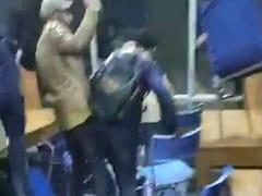 जामिया हिंसा: पुलिस लाठीचार्ज और आंसू गैस से बचने के लिए लाइब्रेरी और बाथरूम में घुसे छात्र, सामने आया VIDEO