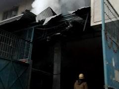 दिल्ली: नरेला की दो जूता फैक्टरियों में लगी भीषण आग, 3 फायरमैन घायल, 36 दमकल मौके पर मौजूद