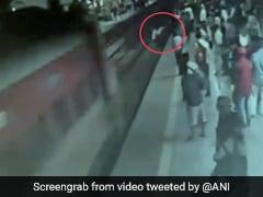 Thane Railway ट्रैक से गुजर रहा था शख्स तभी तेज रफ्तार में सामने आ गई ट्रेन और... देखें Video