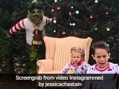 क्रिसमस सेलिब्रेशन के दौरान इन बच्चों को मिला ऐसा खौफनाक सरप्राइज, डर के मारे लगे भागने...देखें वायरल Video