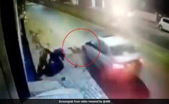कार ने बाइक सवार युवकों को मारी को टक्कर, कई मीटर तक घसीटते हुए ले गया आरोपी, देखें- VIDEO