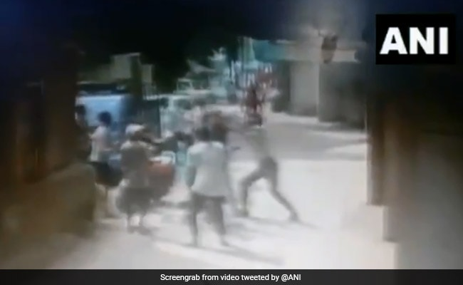 तीसरी मंजिल से गिर गया बच्चा, लोगों ने ऐसे बचाया कि सोशल मीडिया पर हो रही है तारीफ, देखें VIDEO
