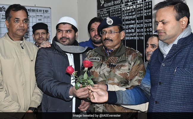 Muslims Offer Roses To UP Police After Friday Prayers
