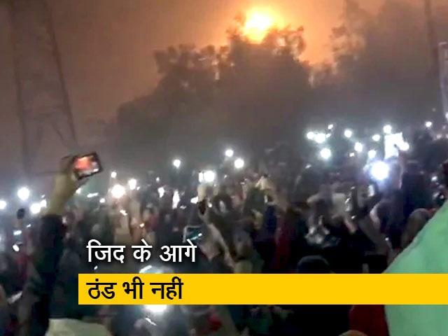 Videos : दिल्ली के शाहीन बाग में पिछले 17 दिनों से सर्द रातों में धरना दे रही हैं महिलाएं