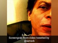 शाहरुख खान बना रहे थे Video, तभी पीछे से आई ऐसी आवाज, शर्म के मारे लाल हो गए किंग खान- देखें Video