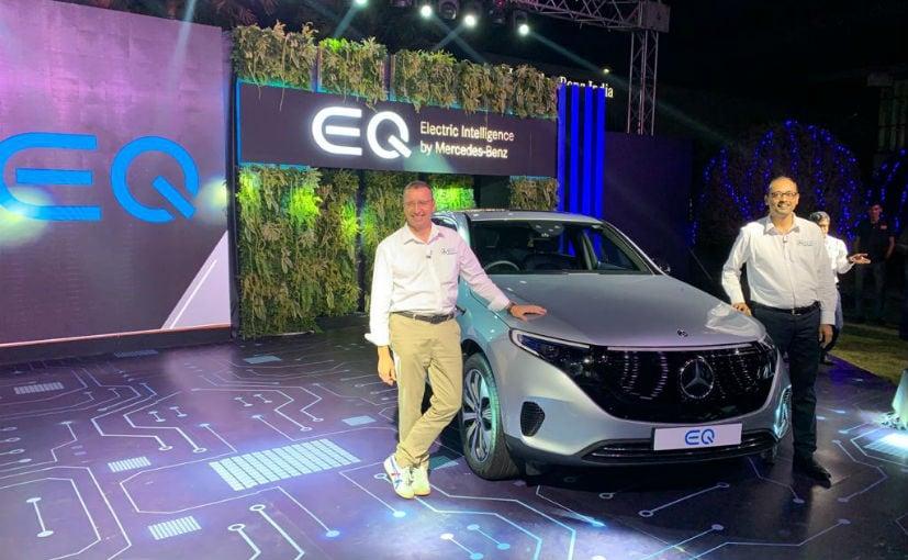 Martin Schwenk, MD y CEO y Santosh Iyer, VP - Ventas y Marketing, Mercedes-Benz India con el EQC
