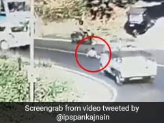 IPS अफसर ने शेयर किया दिल दहला देने वाला Video, चलती कार से गिरा बच्चा और फिर...