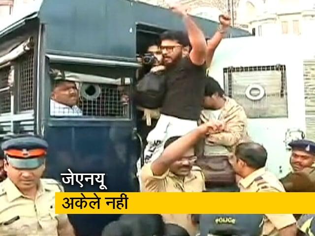 Videos : जेएनयू के समर्थन में गेटवे ऑफ इंडिया पर विरोध करने वाले 3 छात्रों पर मुंबई पुलिस ने दर्ज की FIR