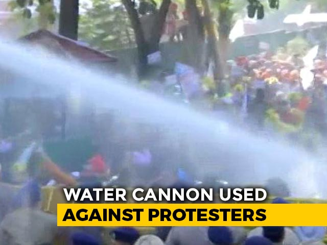 Video : Big AAP Protest Outside Amarinder Singh's Home, Cops Use Water Cannon