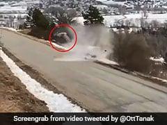 बर्फीली सड़क से फिसलकर कार ने खाई पलटी, पहाड़ से गिरी और फिर... देखें हादसे का पूरा Video