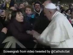जश्न के दौरान महिला ने जबरन खींचा पोप का हाथ तो मारा थप्पड़, वायरल हुआ Video