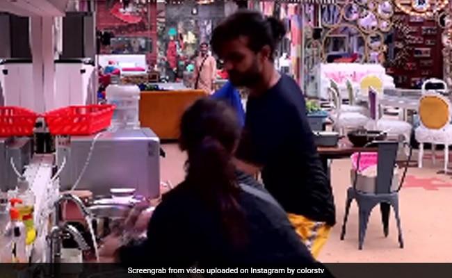 Image result for बिग बॉस 13: मधुरिमा ने विशाल चप्पलों से पिटाई,